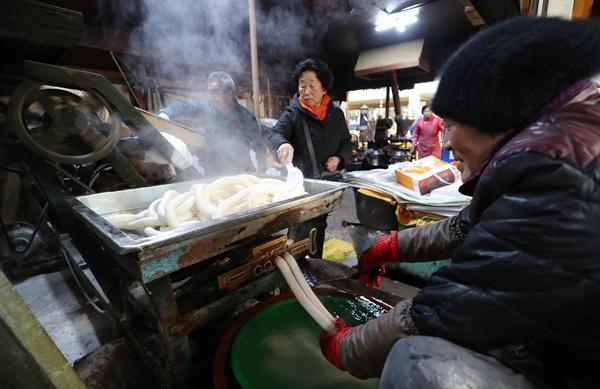 설 명절을 4일 앞둔 21일 오후 충남 공주시 산성시장에 있는 한 방앗간에서 연신 가래떡을 뽑아내고 있다.