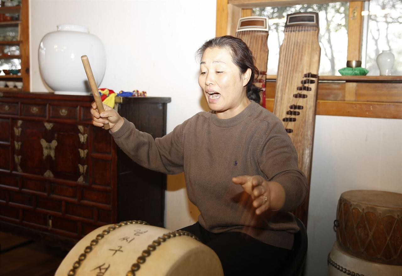 마승미 씨가 북을 치며 남도민요를 부르고 있다. 설아다원에서 보고 들을 수 있는 별난 공연이다.