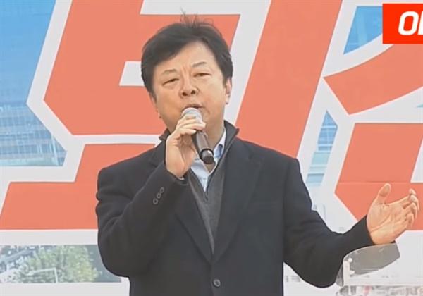 지난 18일 오후 서울 광화문광장에서 열린 '문재인 퇴진 국민대회' 단상에 오른 임무영 전 검사