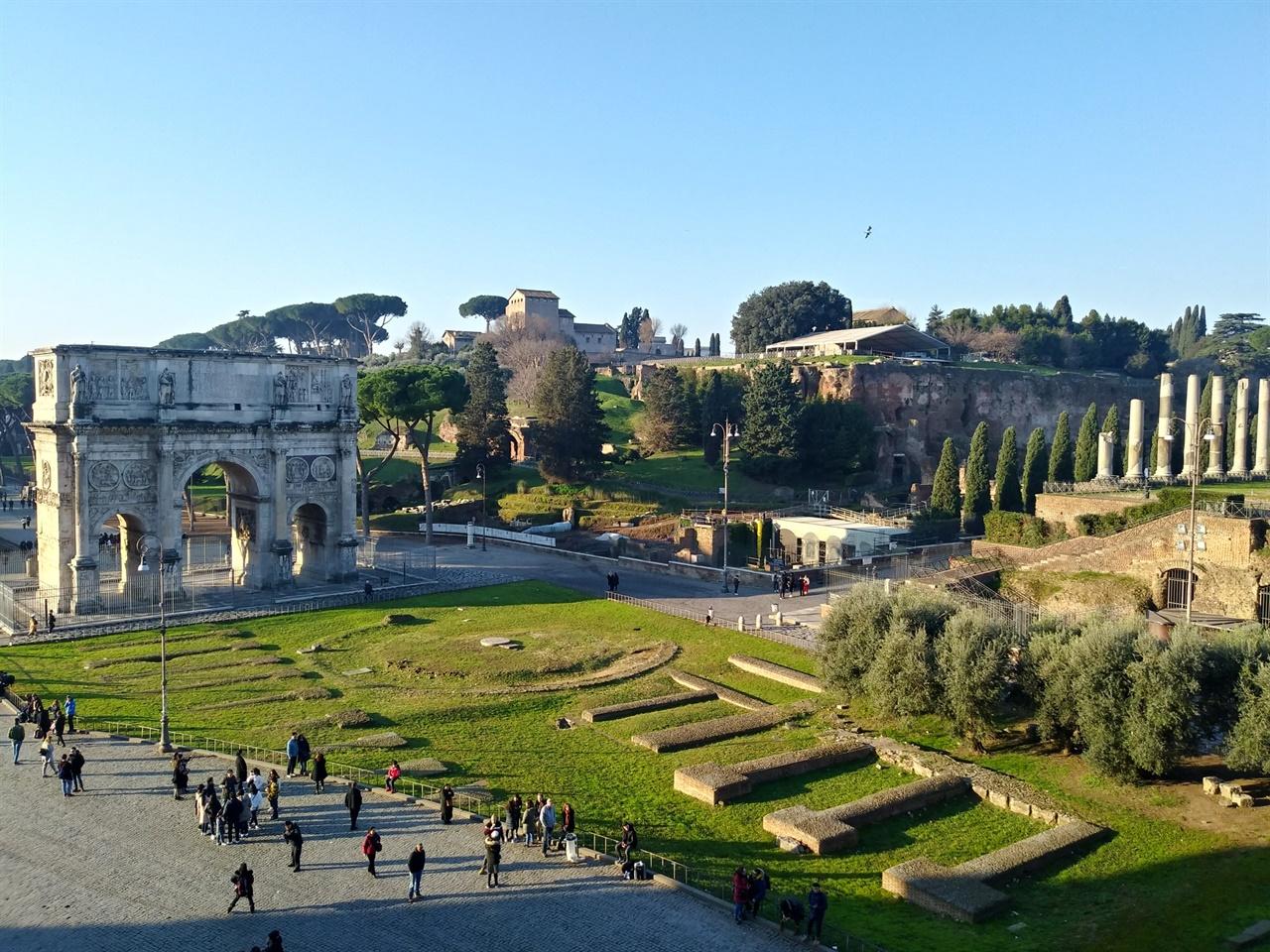 로마제국의 시작점 콜로세오에서 바라본 콘스탄티누스 개선문과 팔라티노 언덕의 모습. 포로 로마노의 시작이자, 로마가 시작된 역사적인 곳이다.