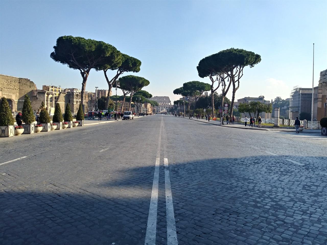 포리 임페리알리 모습 무솔리니가 건설한 '제국의 길'이 포로 로마노를 가르고 있다. 이탈리아 통일의 주역인 이마누엘레 2세 기념관과 콜로세오를 연결하는 도로로, 파시즘의 대표적인 잔재다.