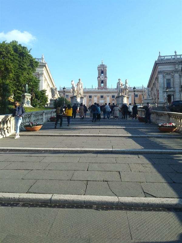 캄피돌리오 광장에 오르는 계단 미켈란젤로가 설계한 곳으로, 착시 효과를 고려한 위대한 건축으로 평가받고 있다. 위치 상 포로 로마노의 종착지라고 할 수 있다.