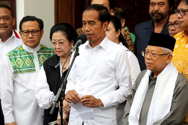 인도네시아 대통령 조코 위도도가 2019년 4월 18일 인도네시아 자카르타에서 열린 기자간담회에서 러닝메이트 KH. 마루프 아민(R), 전 인도네시아 대통령, 메가와티 수카르노푸트리(2-L) 및 여러 당 지도자들과 동행한 기자들과 이야기를 나누고 있다.