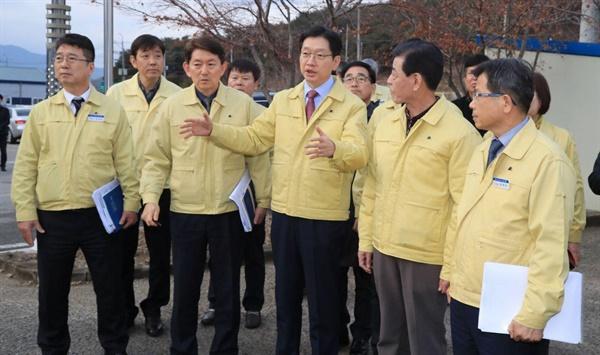 23일 산청군 축산청정센터를 방문한 김경수 지사.
