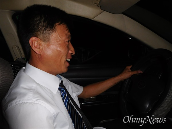 북한의 택시 운전기사 (2015년 6월26일 평양).