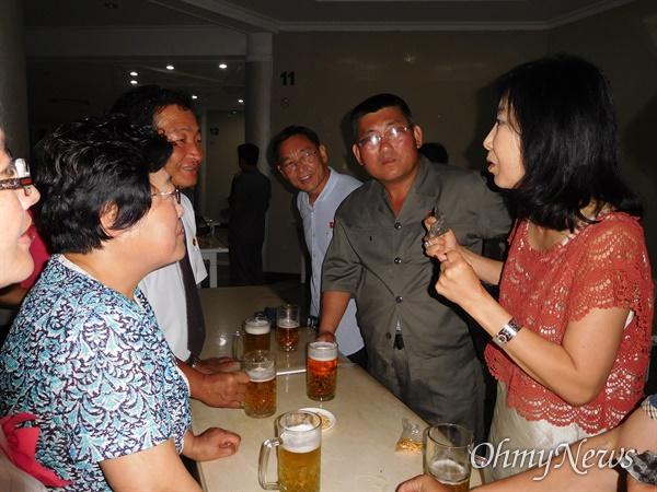 북한의 한 맥줏집에서 동포들과 함께 (2015년 6월30일).