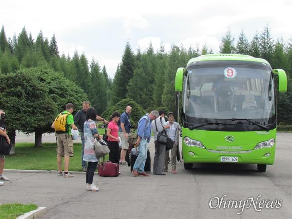 북한을 여행 중인 유럽 관광객들(2013년 8월21일 량강도).