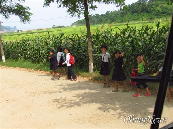 관광버스를 향해 손을 흔드는 북녘의 아이들 (2013년 8월22일 함경북도 명강군).
