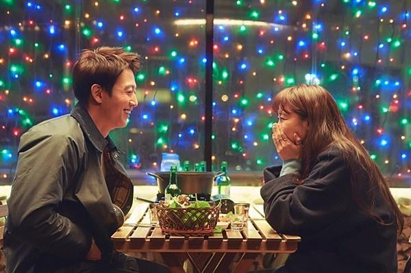 영화 <가장 보통의 연애> 속 김래원과 공효진.