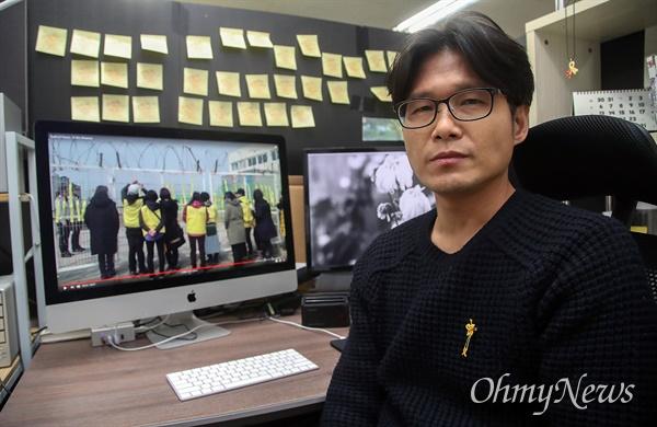 세월호 참사를 다룬 단편 다큐멘터리 <부재의 기억>을 연출한 이승준 감독이 22일 오후 서울 마포구 상수동 작업실에서 <오마이뉴스>와 만나 영화를 만든 목적에 대해 이야기를 나눴다.