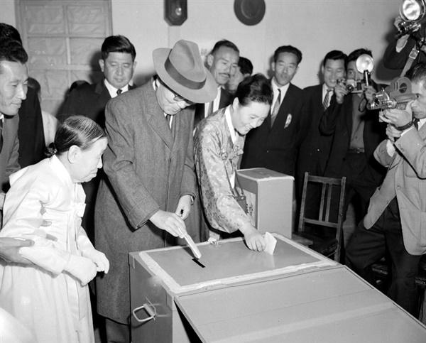 윤보선 후보 부부가 제5대 대통령 선거에 투표하고 있다.