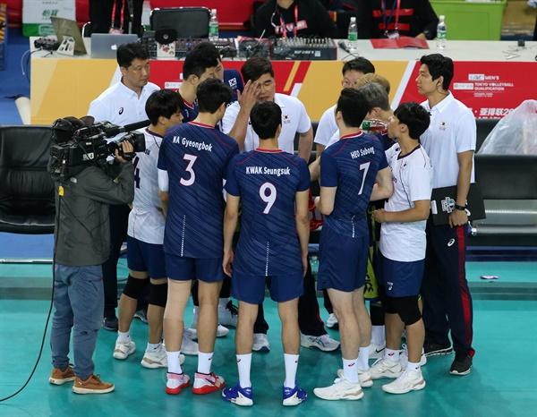 임도헌 감독(가운데)과 남자배구 대표팀, 2020 도쿄 올림픽 아시아 예선전 경기 모습 (2020.1.8)
