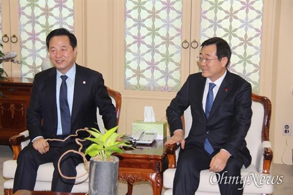 '양산을' 총선에 출마하는 더불어민주당 김두관 국회의원과 민홍철 의원이 24일 김해공항 귀빈실에서 이야기를 나누고 있다.