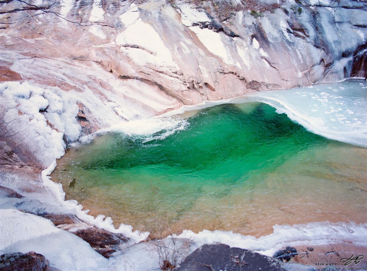 구곡담계곡의 빛깔 (645N/Portra400)용소폭포 위쪽으로는 이런 물빛을 볼 수 없다. 표면이 거의 얼어붙었기 때문.