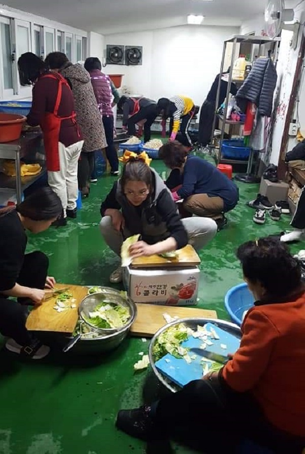 청로회어머니봉사회에서 청로회 학생들과 함께 지역의 독거노인들에게 전달하기위한 차례음식을 준비하고 있다다.