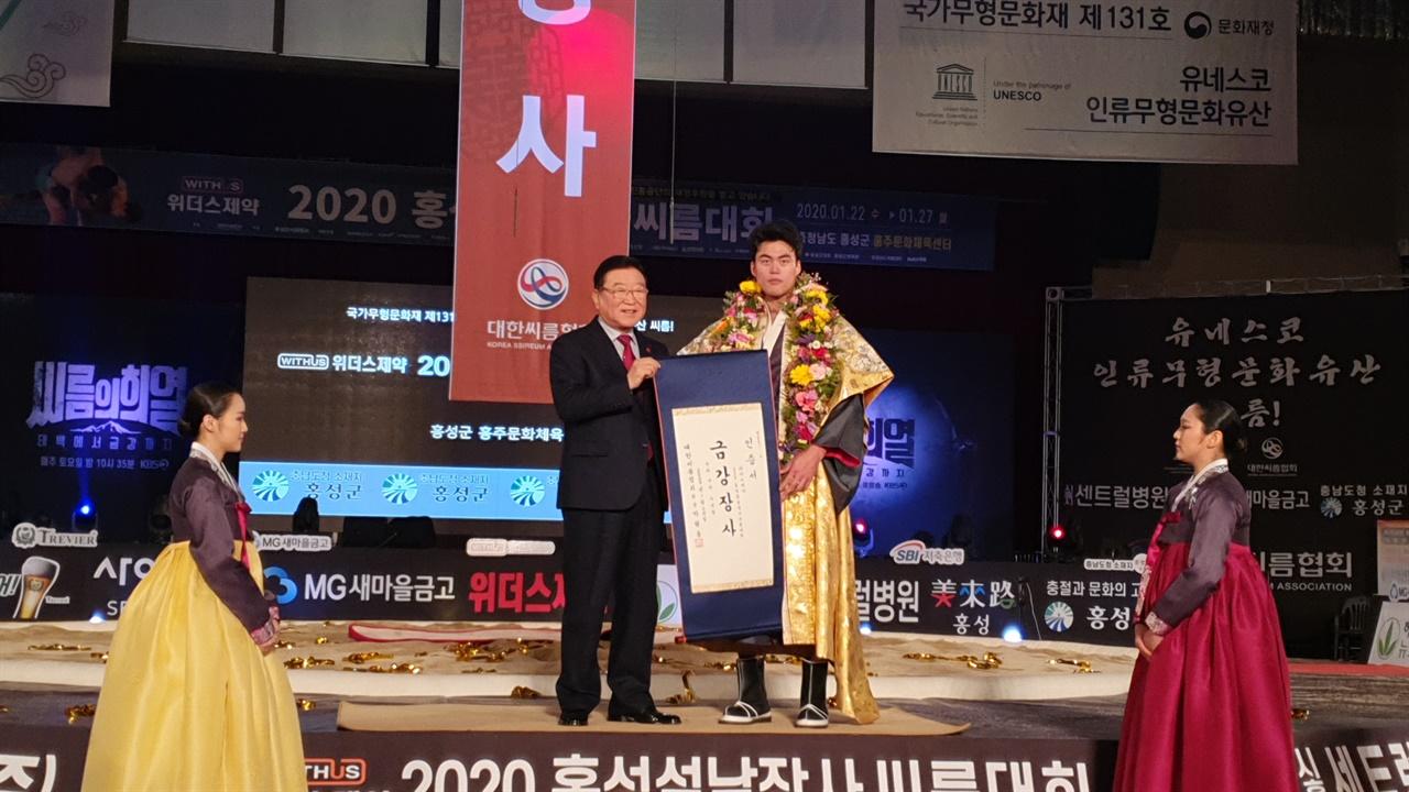 24일 열린 금강장사(90kg 이하) 결정전에서는 이승호(수원시청) 선수가 같은 팀 소속 임태혁 선수를 3-1로 누르고 장사타이틀을 거머쥐었다.