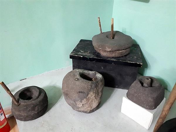 볼강박물관에 있는 전시물로 우리의 옛적 절구 및 맷돌과 똑같다