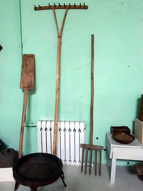 볼강박물관에 있는 농기구들로 우리 옛적 농기구들과 똑같은 모습이다