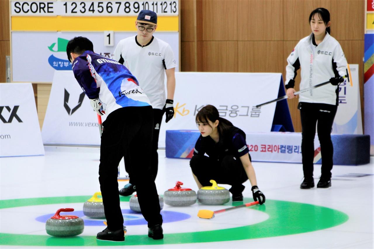 서울컬링클럽과 경기도연맹이 맞붙은 23일, 경기도연맹 김산 선수가 스톤의 위치를 보며 스위핑하고 있다.