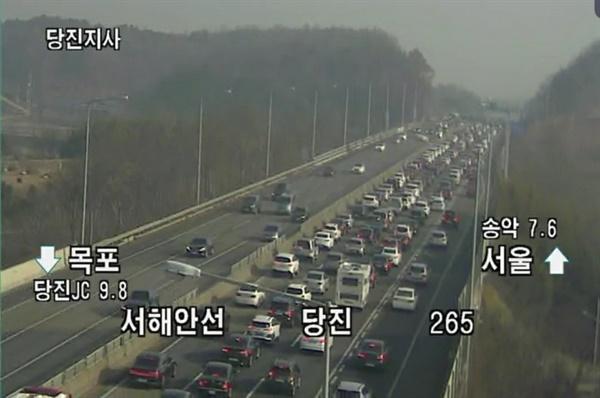 연휴 첫날 비교적 소통이 원활했던 귀성길과는 달리 귀경길 서해안고속도 상황은, 오전 11시 현재 서울 방면으로 당진에서 송악 나들목까지 정체 현상을 보이고 있다.
