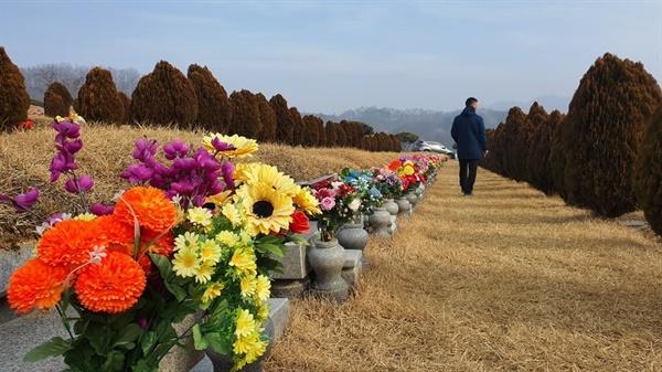 추모공원을 찾은 성묘객들은 색이 바랜 조화 꽃을 새것으로 교체하는가 하면, 집에서 준비한 제사음식으로 성묘를 마쳤다.