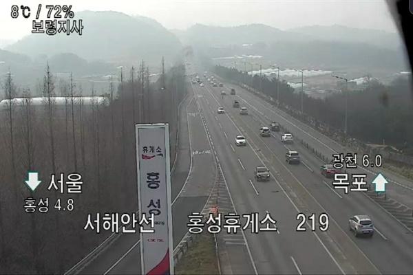 서해안 고속도로 서울방면으로 향하는 홍성 나들목은 오전 11시 현재 시속 110km로 원활한 교통흐름을 보이고 있으나, 시간이 갈수록 차량들이 늘어나 밤늦게 귀경길 교통 정체가 가장 심할 것으로 예상된다.
