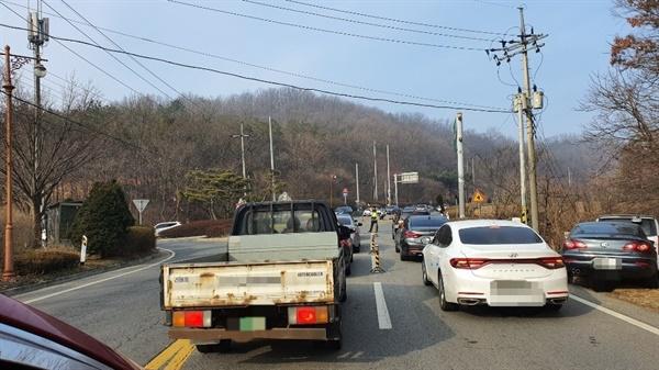 국도 21호 예산군 응봉 사거리와 지방도 619호 예당저수지에서 예산추모공원까지 이어지는 도로에는 시간이 지날수록 성묘객들의 차량이 길게 늘어 서 있다.