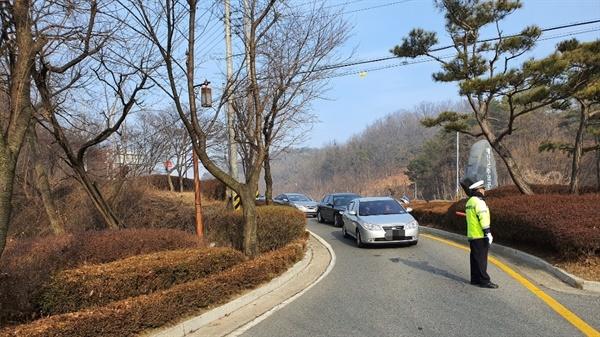 추모공원 주변에 교통경찰이 배치돼 원할한 교통 흐름을 유도하고 있다.