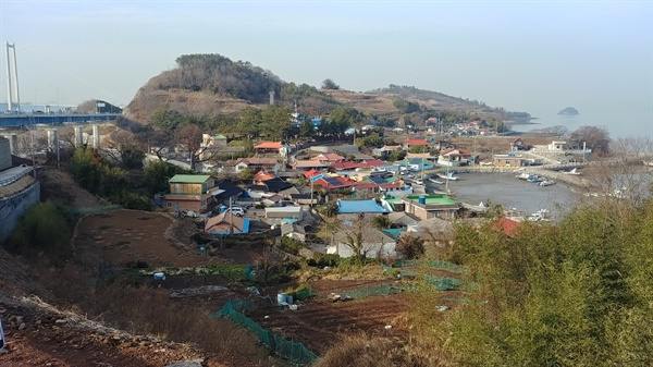 수채화 물감을 칠해놓은 듯 예쁜 어촌마을의 집들이 시선을 붙든다.
