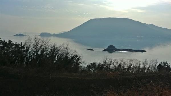 보석처럼 반짝이는 바다, 그림처럼 떠 있는 자그마한 섬 무인도는 신비로움이 가득하다.