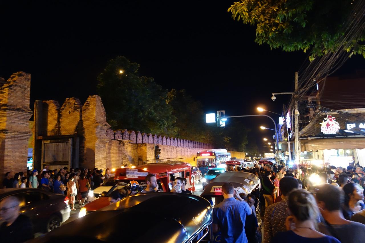 연말의 치앙마이 인구 대비 방콕보다 관광객이 많은 듯, 길고긴 야시장 거리는 몰려든 여행자들과 장사하는 사람들로 걷기조차 힘든 북세통 이였다.