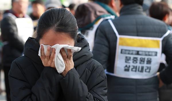 25일 서울 세종로 소공원 앞에서 열린 故 문중원 열사, 톨게이트 수납원 노동자 합동차례에서 문중원 기수 부인 오은주씨가 슬픔에 잠겨있다.