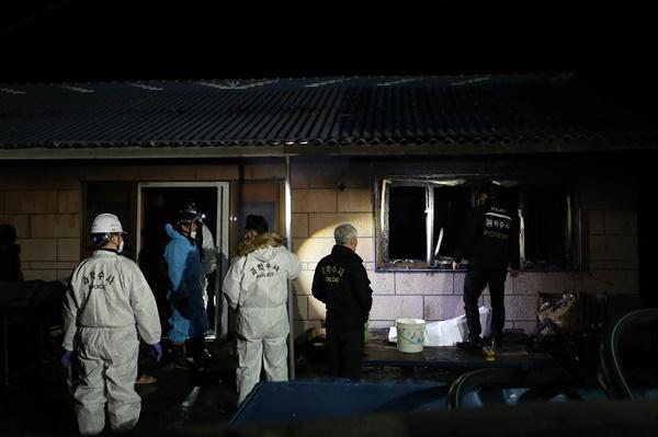 25일 태국인 노동자 3명이 숨진 채 발견된 전남 해남군 현산면 주택에서 경찰 과학수사 요원과 형사가 현장 조사를 하고 있다. 불이 난 곳은 인근 김 공장에서 운영하는 외국인 노동자 숙소다. 이날 숙소에는 숨진 태국인 3명만 머문 것으로 전해졌다.