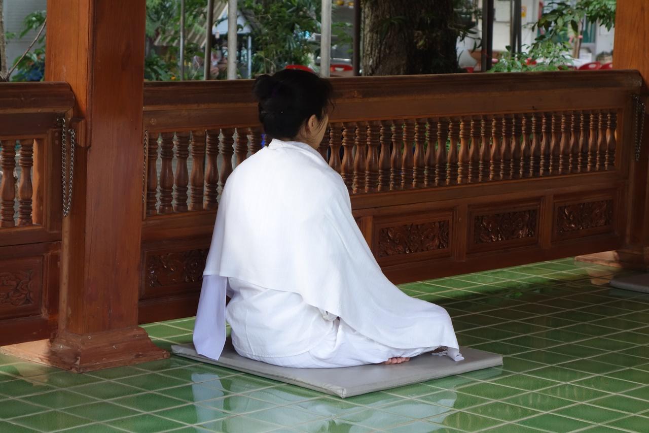 명상중인 여인, 왓 람퐁에서 태국어로 왓은 절을 뜻함. 왓 우멍에서 멀지 않은 곳이다. 이곳도 명상 센터를 운영 중이다.