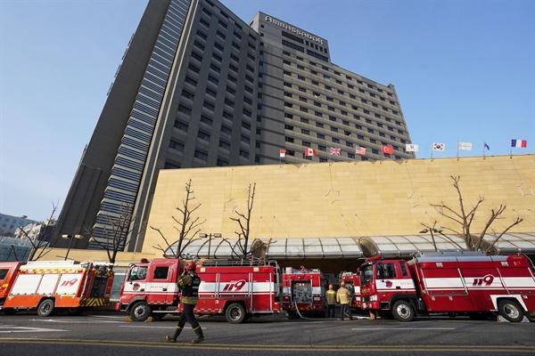 26일 오전 건물 지하에서 화재가 발생한 서울 중구 장충동 그랜드 앰배서더 호텔 앞으로 출동한 소방차들이 줄지어 서 있다. 화재는 이날 오전 4시 51분께 호텔 지하 1층에서 시작됐으며 투숙객과 직원 600여 명이 대피했다. 병원으로 옮겨진 피해자들은 단순 연기 흡입으로 크게 다치지 않은 것으로 알려졌다.