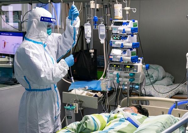 4일 중국 후베이성 우한의 한 병원 집중치료실에서 보호복을 입은 의료진이 신종 코로나바이러스 감염증 환자를 치료하고 있다.
