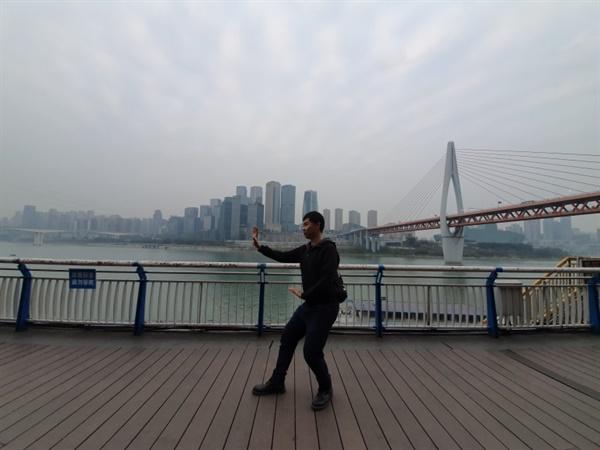 중국에서 양쯔강을 배경으로 자세를 잡은 나
