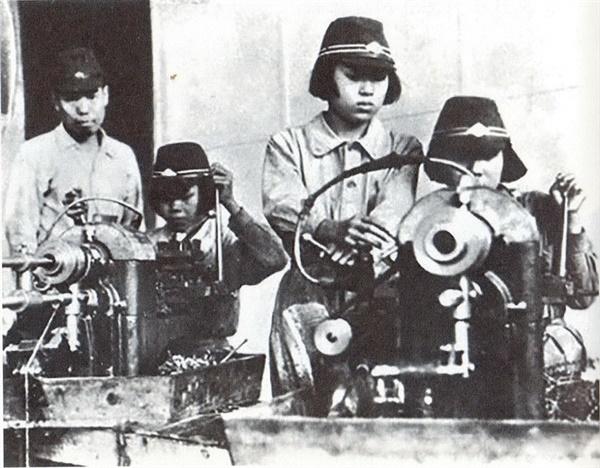 항공기 제조공장에 동원된 학도근로대의 조선인 소녀들.