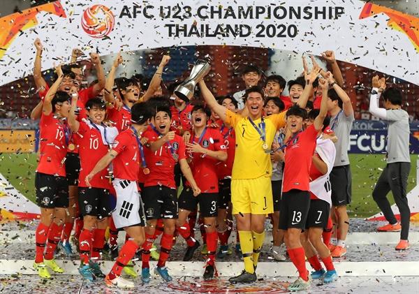 26일 오후(현지시간) 태국 방콕 라자망갈라 스타디움에서 열린 2020 아시아축구연맹(AFC) U-23 챔피언십 한국과 사우디아라비아의 결승전. 사우디를 꺾고 사상 첫 대회 우승에 성공한 선수들이 우승 트로피를 높이 들고 환호하고 있다.