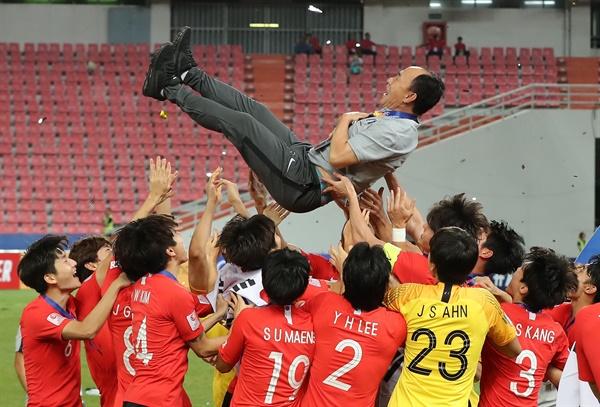 감독님, 감사합니다  26일 오후(현지시간) 태국 방콕 라자망갈라 스타디움에서 열린 2020 아시아축구연맹(AFC) U-23 챔피언십 한국과 사우디아라비아의 결승전. 사우디를 꺾고 사상 첫 대회 우승에 성공한 선수들이 시상식 뒤 김학범 감독을 헹가래 치고 있다.