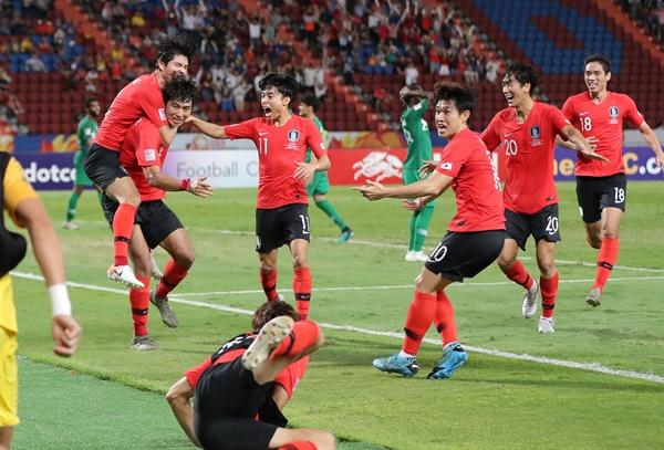 26일 오후(현지시간) 태국 방콕 라자망갈라 스타디움에서 열린 2020 아시아축구연맹(AFC) U-23 챔피언십 한국과 사우디아라비아의 결승전 연장 후반. 정태욱이 선제골을 넣은 뒤 동료들과 환호하고 있다.