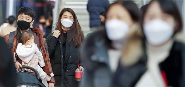 신종 코로나바이러스 공포, 마스크는 필수 국내에서 세 번째 신종 코로나바이러스 감염증 확진 환자가 발생한 26일 서울역에서 마스크를 쓴 가족이 열차 플랫폼으로 이동하고 있다.