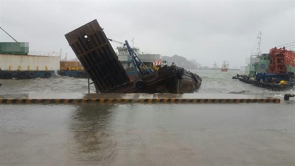 1월 27일 오전 부산 영도구 청학부두에 계류 중인 선박 4척이 잇따라 침수하는 사고가 발생했다.