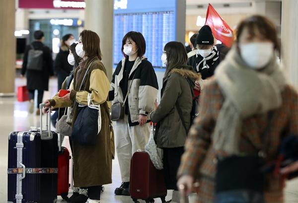 마스크 쓰고 입국 국내에서 신종 코로나바이러스 감염증 네 번째 확진 환자가 발생한 27일 오후 인천국제공항 1터미널에서 마스크를 쓴 외국인 관광객들이 입국하고 있다.
