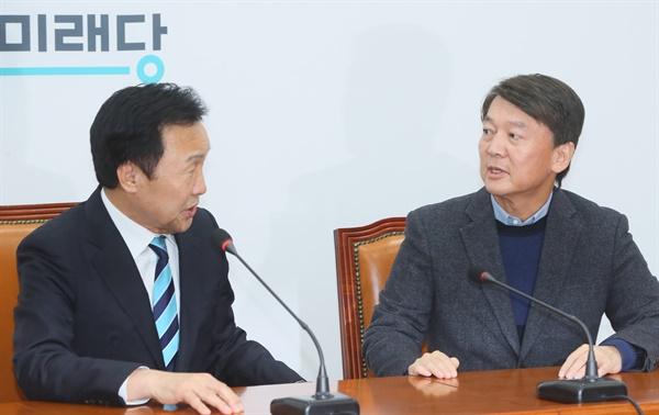 바른미래당 안철수 전 대표가 27일 국회에서 손학규 대표를 만나 대화하고 있다.