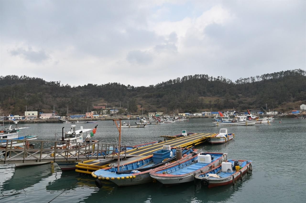 다물도 풍경 지리적 형태가 국악 악기인 장고 모양을 닮아 장고섬이라고 불리기도 하는 다물도는 만 형태의 포구를 가진 천혜의 섬이다.