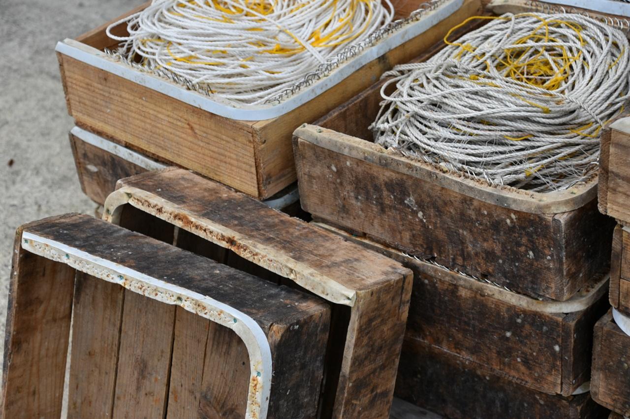 우럭 주낙 꾸러미 많은 바늘이 서로 겹치지 않도록 한 방향으로 원형을 그리며 외줄을 감는 주낙 꾸러미. 홍어 걸낙 꾸러미와 더불어 다물도 해안에서 쉽게 만나는 풍경이다.