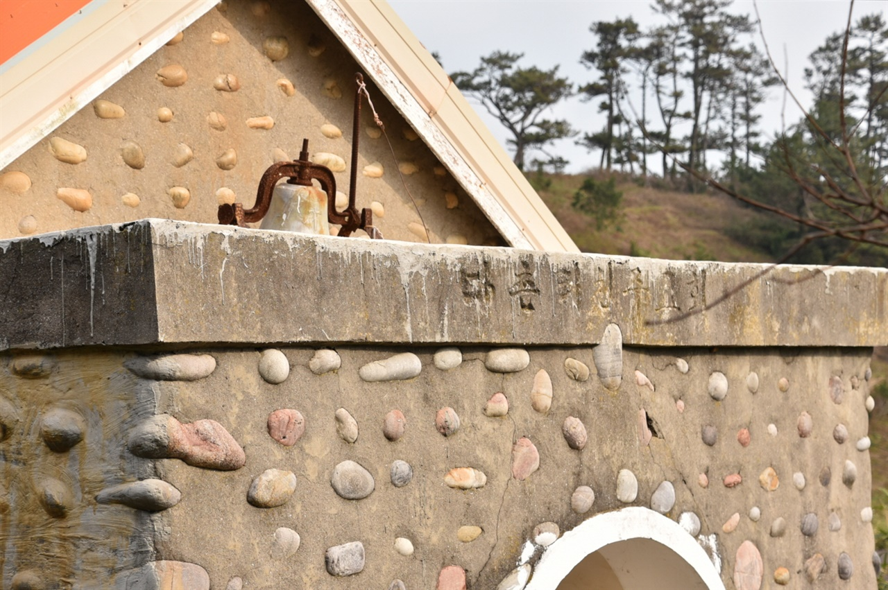 다촌리천주교회 다촌리에서 다물도리로 지명이 변경되었지만 천주교회 출입구 상단부에는 여전히 지난 흔적이 남아있다.
