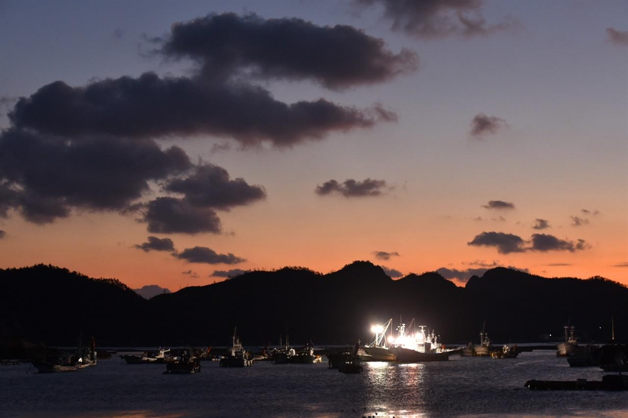 다물도 일출 해가 늦게 뜨는 겨울이지만 섬에서 맞이하는 일출을 지나칠 수 없다. 7시 무렵 대둔도의 굽이진 능선 위로 붉은 빛이 돌기 시작했다. 마침 날이 좋아 장관이었다.