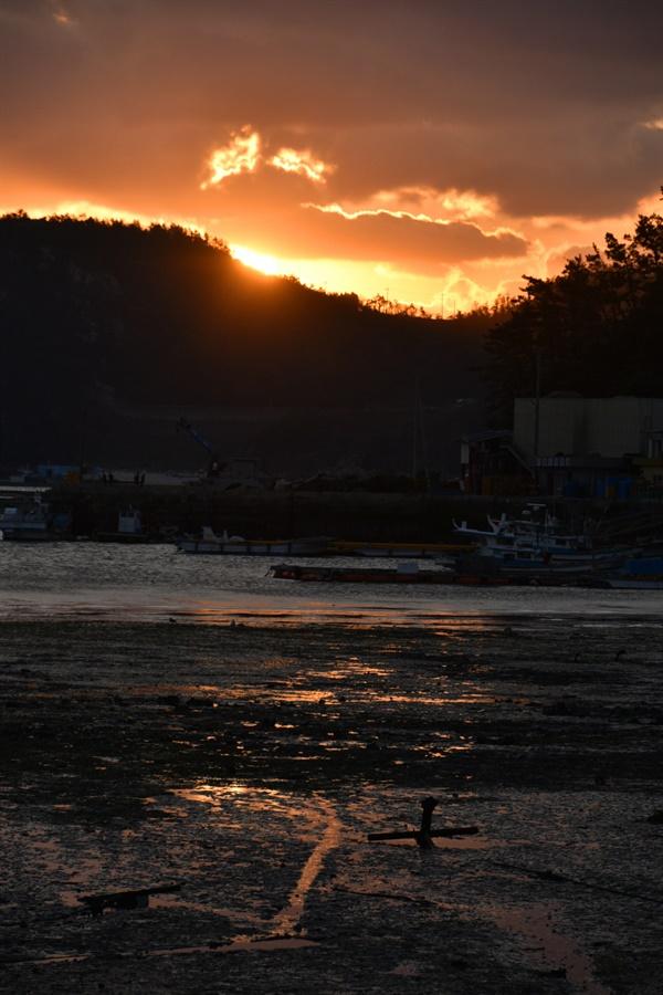 다물도에서 바라보는 아침 맑던 하늘에 별안간 구름이 끼기 시작하여 또렷한 태양을 만날 수 없었지만 그 잔영을 오랫동안 감상할 수 있었다.